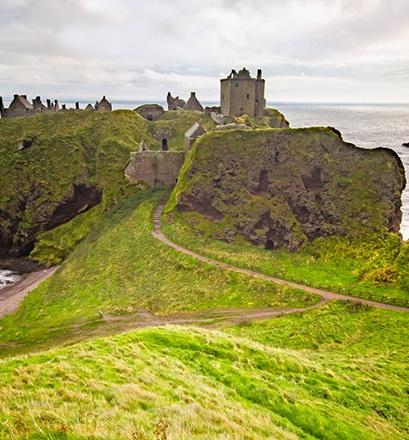 Accéder au château perché de Dunottar, en Écosse - Royaume-Uni