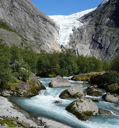Randonner près du glacier de Briksdal