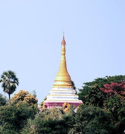 Rêver devant les temples de Bagan, dans la région de Mandalay - Birmanie