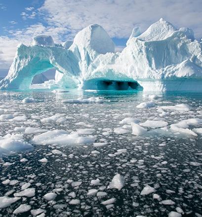 Cheminer dans le cimetière à icebergs de Savissivik